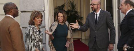 У сукні-футлярі і з елегантним шарфом: спікер Палати представників США на діловій зустрічі