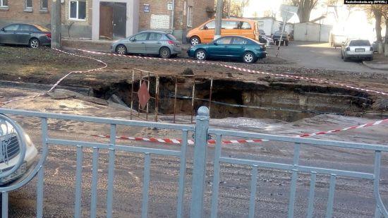 У Києві частина дороги пішла під землю