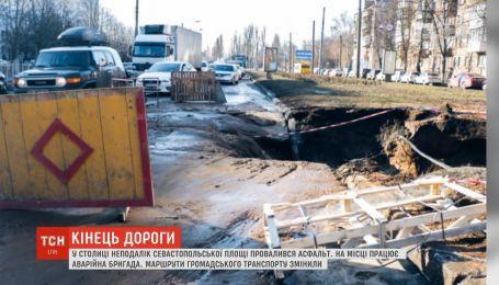 У Києві аварія водогону і провалля асфальту паралізували рух транспорту