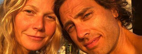 Без макияжа и с мужем: Гвинет Пэлтроу поделилась пляжным снимком