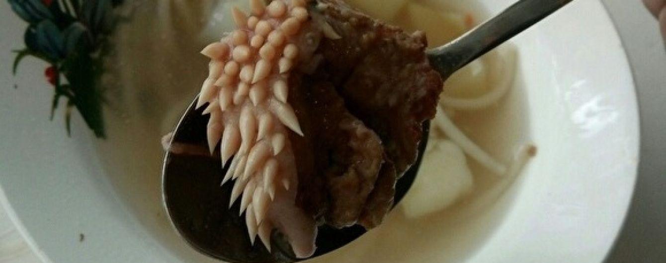 Мясо с отвратительными наростами на обед в русской школе и порноконфуз чиновника на совещании. Тренды Сети