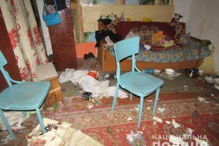 На Житомирщині п'яна жінка кинулась з ножем на копа, коли соцслужба забирала її дітей