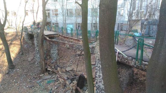 У Києві обвалився міст біля Інституту педіатрії