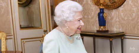 Другое дело: королева Елизавета II в нежном образе пришла на аудиенцию во дворце