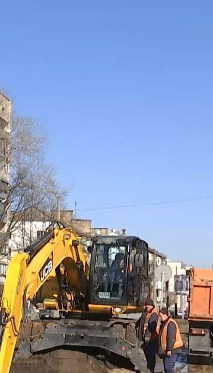 """У столиці через прорив водогону обвалилася дорога до аеропорту """"Київ"""""""