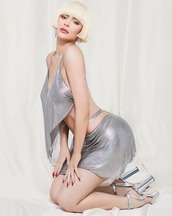Білявка Кайлі Дженнер поекспериментувала з зачіскою в стильному фотосеті