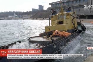 В Одессе буксир контрабандистов застрял на пляже и загрязняет воду
