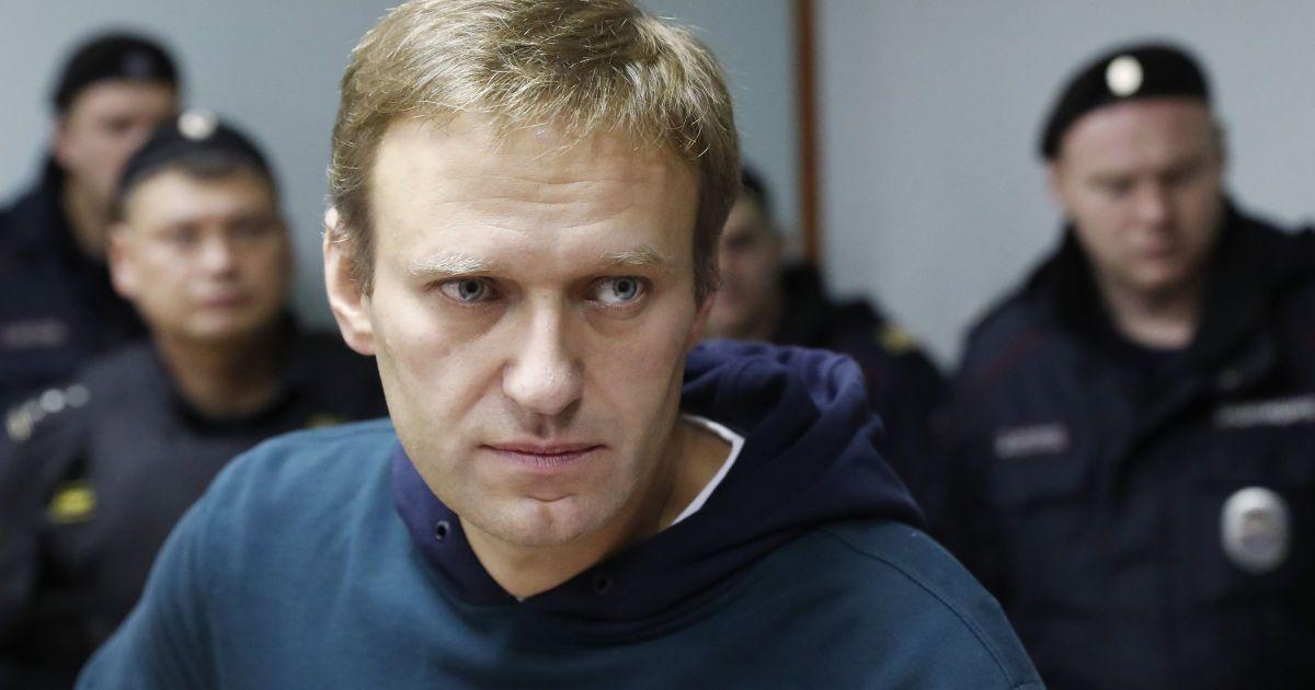 """""""Не змогли потрапити у вену"""": адвокат Навального розповів про меддопомогу, яку надають опозиціонеру"""