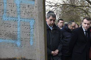 Макрон посетил еврейское кладбище, где неонацисты разрисовали свастиками почти сто могил