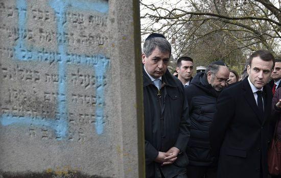 Макрон відвідав єврейське кладовище, де неонацисти розмалювали свастиками майже сто могил