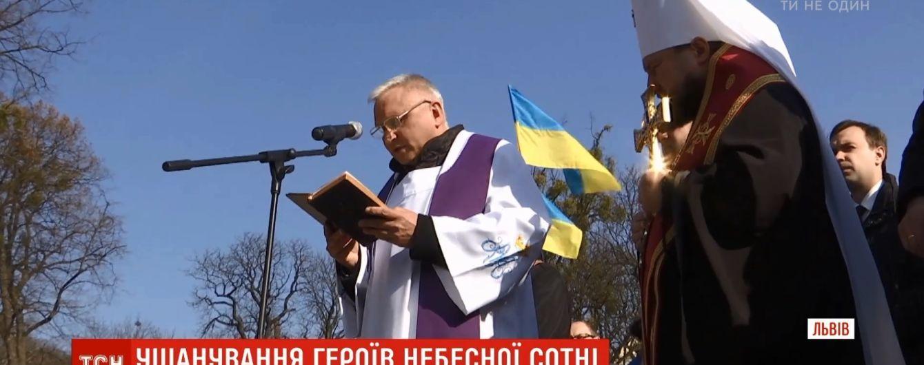 Во Львове на мемориале майдановцев помолились на героев Небесной сотни