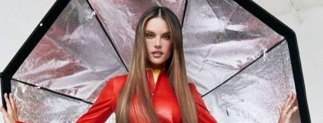 В червоному шкіряному вбранні: ефектна Алессандра Амбросіо прикрасила обкладинку глянцю