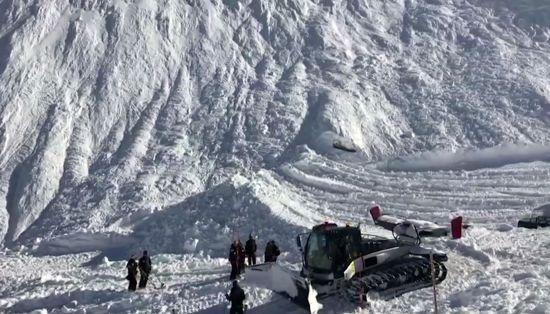 На швейцарському курорті в Альпах лижників накрила лавина