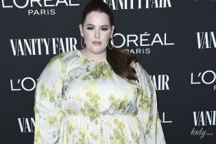 Модель plus-size Тесс Холлидей в платье с цветочным принтом сходила на вечеринку