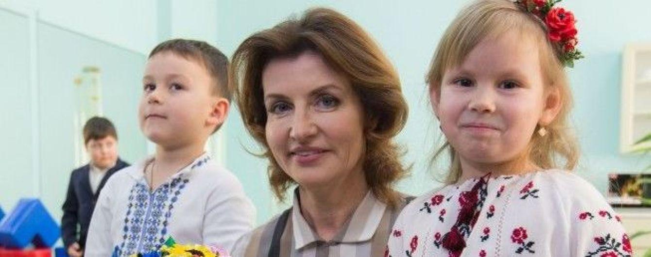У смугастій блузці та спідниці-олівці: Марина Порошенко вирушила в робочу поїздку