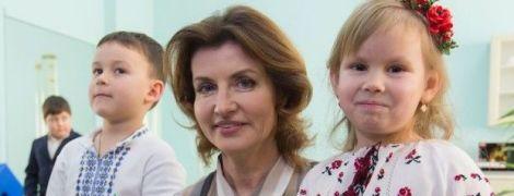 В полосатой блузке и юбке-карандаше: Марина Порошенко отправилась в рабочую поездку