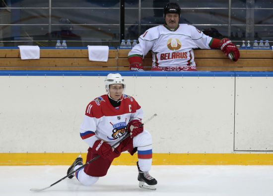 Хокеїст команди Лукашенка заразився коронавірусом: два тижні тому вони разом виходили на лід