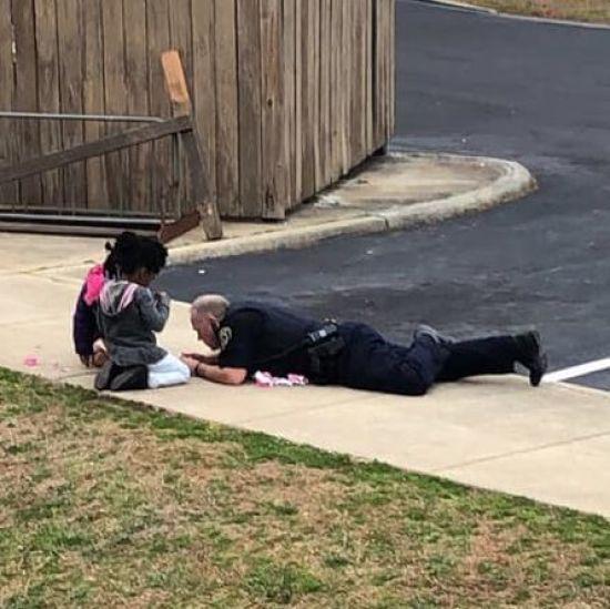 Мережу замилував американський поліцейський, який грається у ляльки із дітьми на вулиці