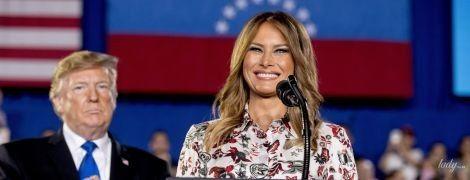 В платье с цветочным принтом и в бордовых лодочках: весенний образ Мелании Трамп во Флориде