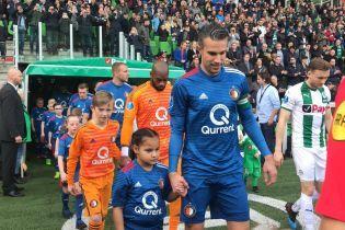 Голландский футболист нашел время, чтобы поздороваться с каждым ребенком перед матчем