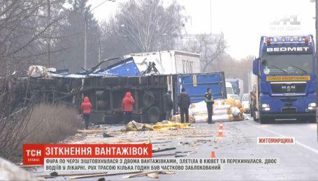 В Житомирской области фура столкнулась с двумя грузовиками, слетела в кювет и перевернулась