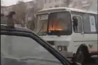 """Highway to hell. Старый пылающий на ходу """"ПАЗ"""" засняли в России"""