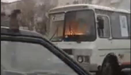 """Highway to hell. Старий """"ПАЗ"""", який горів на ходу, зняли у Росії"""