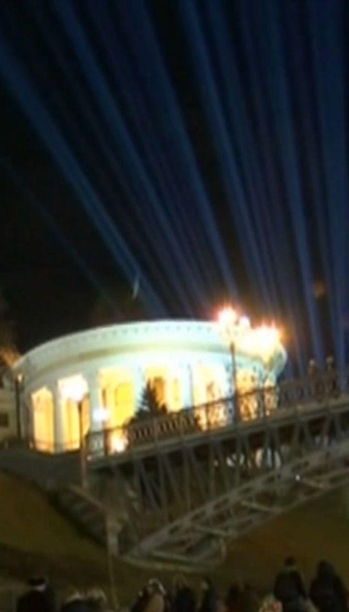 На Майдане Независимости зажгли 107 лучей света, символизирующих души Героев Небесной сотни