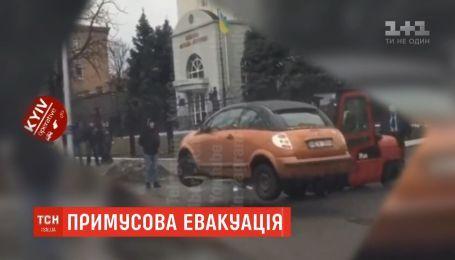 У столиці звичайний навантажувач підняв і перевіз через дорогу авто, яке заважало руху