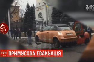 Без эвакуатора: в интернете смакуют случайно отснятое видео перевозки машины в Киеве