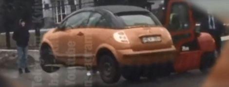 Без евакуатора: в інтернеті смакують випадково відзняте відео пересунення машини в Києві