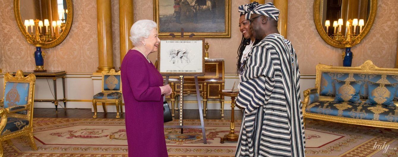 В улюбленому яскравому: королева Єлизавета II на зустрічі в Букінгемському палаці
