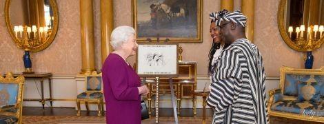 В любимом ярком: королева Елизавета II на встрече в Букингемском дворце