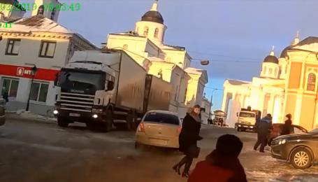В России фура без водителя устроила погром в центре города