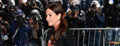 Дождь укладку не испортил: стилист герцогини Сассекской в стильном образе посетила baby shower в Нью-Йорке