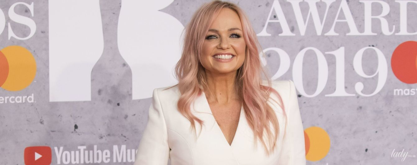 С розовыми волосами и в мини-платье: Эмма Бантон сверкнула стройными ногами