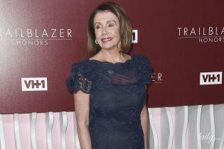 В красивом кружевном платье: 78-летний спикер Палаты представителей США в роскошном аутфите на светском мероприятии