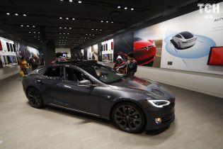 Блогер обстріляв броньовик Tesla Model S та зняв відео