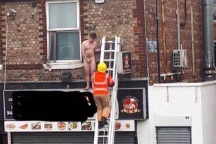 У Великій Британії чоловіка голяка виставили за вікно масажного салону