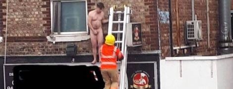 В Великобритании мужчину нагишом выставили за окно массажного салона