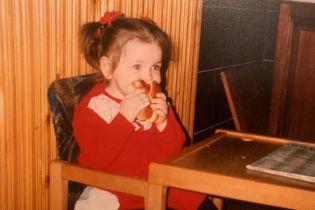Аліна Гросу поділилася низкою дитячих фото, на яких їсть