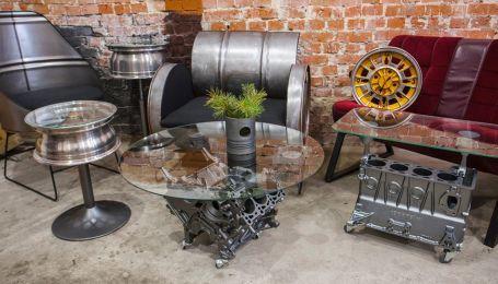 В Івано-Франківську зламані мотори та диски майстер перетворює на меблі