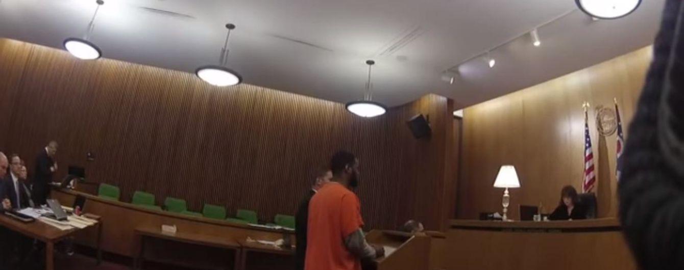 В США осужденный на 47 лет мужчина напал на своего адвоката после оглашения приговора