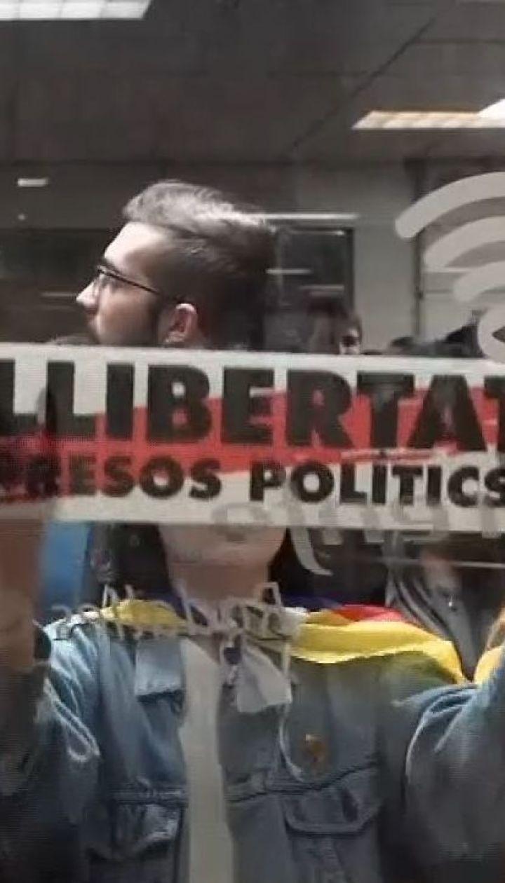 В Іспанії прихильники незалежності Каталонії блокують дороги та палять шини