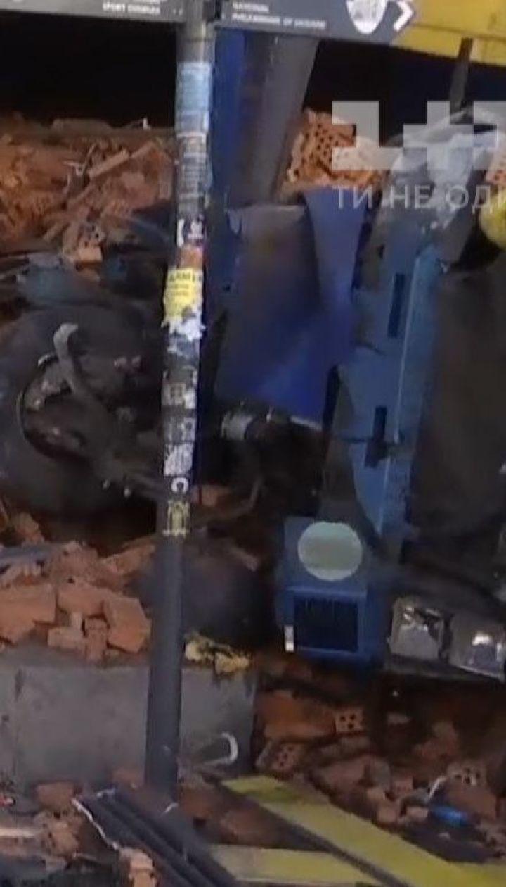 На Крещатике следственно-оперативная группа выясняет причины аварии фуры