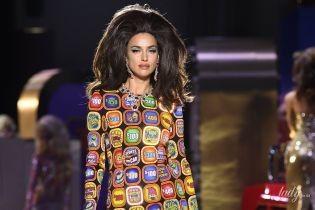В ярком платье и эффектных украшениях: Ирина Шейк продефилировала на шоу Moschino