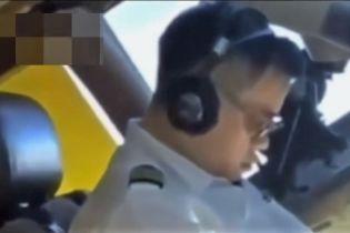 Пилот китайской авиакомпании заснял коллегу, который уснул прямо во время полета