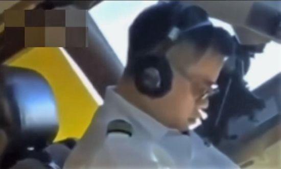 Пілот китайської авіакомпанії зафільмував колегу, який заснув просто під час польоту