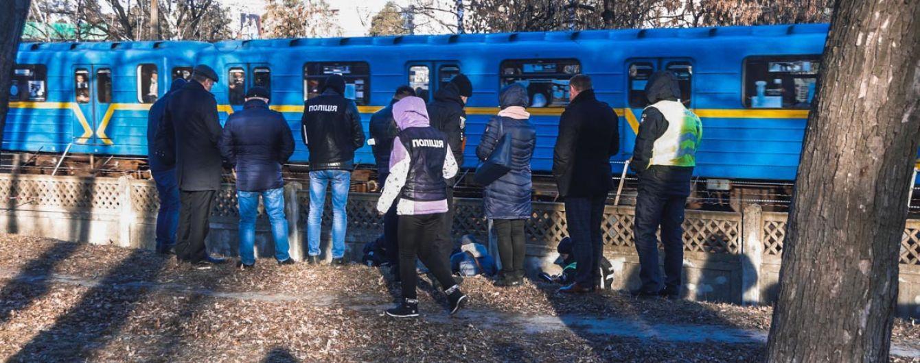 У Києві неподалік метро знайшли оголене тіло жінки