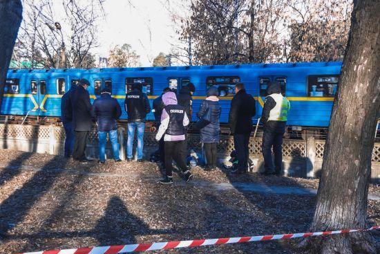 В Києві неподалік метро знайшли оголене тіло жінки